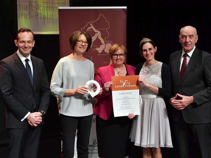 Monika Wilker nimmt den Ehrenpreis entgegen